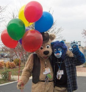 385px-GR_MFF2006_Fursuiters_BJ_Buttons_and_Cobalt_balloons_Green_Reaper_modified